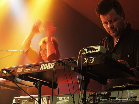 Anne-Marie Helder clapping and Iain Jennings on keyboards