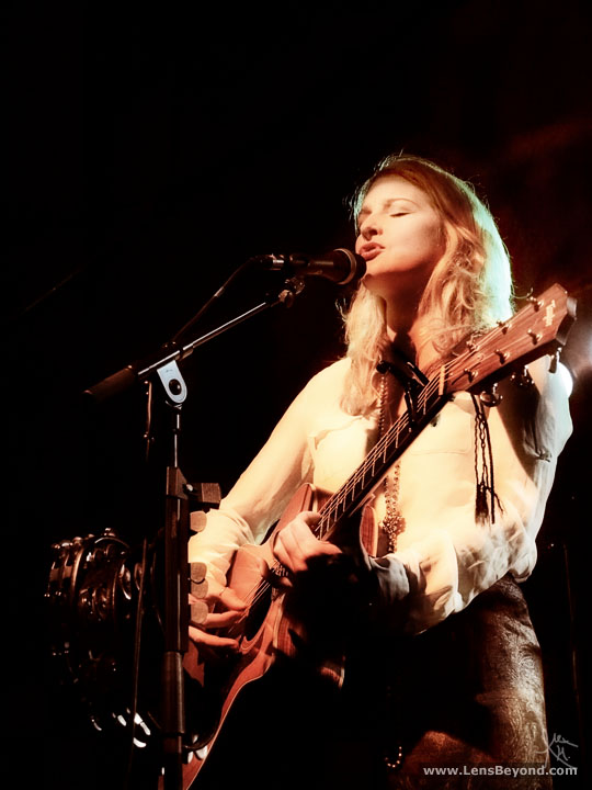 Heather Findlay and acoustic guitar, Odin Dragonfly